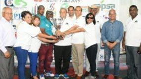 Winston Santos entrega la copa a la representación de Santo Domingo.