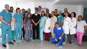 Los doctores Pedro Ureña y Eliany Mejía junto al equipo médico completo que participó en la jornada.