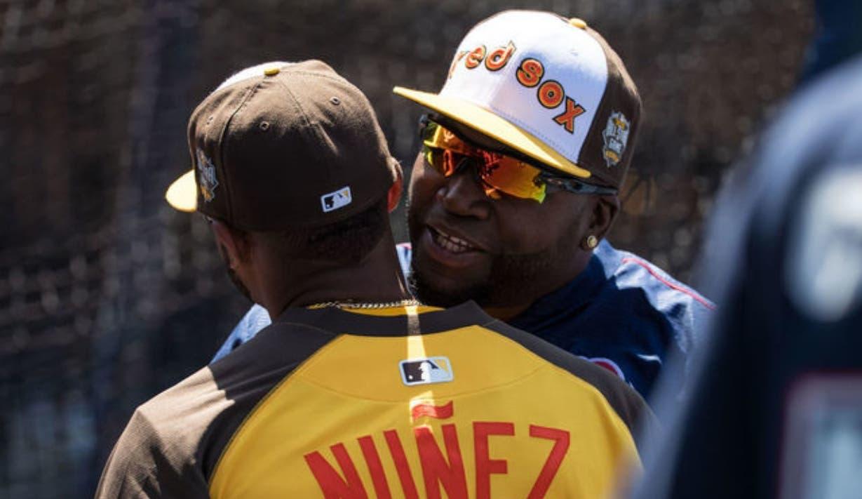 Los dominicanos David Ortiz y Eduardo Núñez comparten durante el Juego de Estrellas 2015.