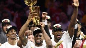 Kawhi Leonard  y sus Raptors celebran el triunfo sobre Golden State Warriors .  AP
