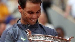 Rafa Nadal observa la copa que ganó ayer en Roland Garros.