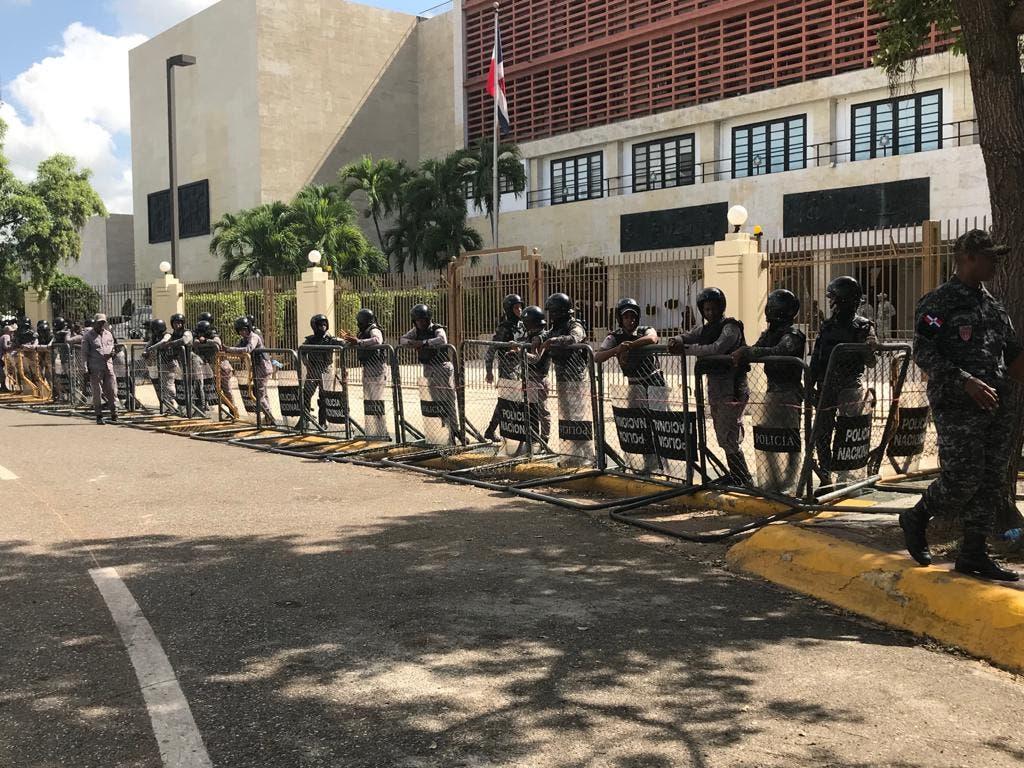 Videos: Policías y militares acordonan perímetro del Congreso por manifestaciones