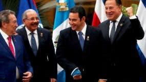 Danilo Medina junto a los demás jefes de Gobierno en reunión del Sica.  efe