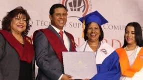 Directivos entregan la certificación a los graduandos.