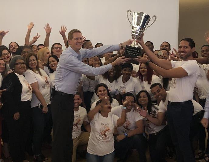 Los equipos reciben la distinción en el aeropuerto  Las Américas.