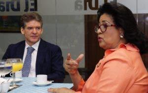 LJosé Alfredo  Corripio observa a Cristina mientras habla de la crisis del partido oficialista.