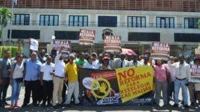 Ayer continuaron las manifestaciones en las inmediaciones del Congreso en rechazo a la reelección.  Carolina Fernandez