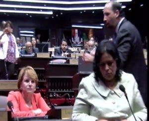 Lucía Medina y Henry Merán discutieron ayer en sesión.