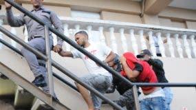 Los imputados cuando fueron llevados desde el destacamento Felicidad hasta el Palacio de Justicia de SDE.  NICOLÁS MONEGRO