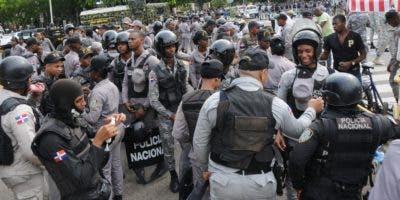 Parte del contingente policial apostado en los alrededores del Congreso Nacional.  José de león.