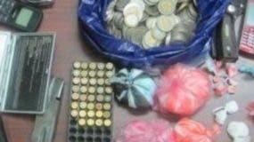 Parte de las drogas y las armas ocupadas.