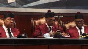 El presidente del   tribunal,  Milton Ray Guervara, y otros jueces en la   audiencia.