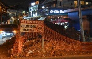 Una excavación en la vía complica la circulación de vehículos.