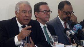 Andrés Bautista junto a su barra de abogados.  Duany Nuñez