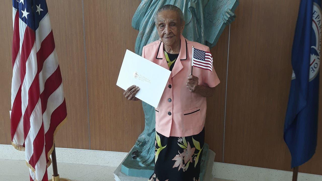 Andrea Joseph con el certificado que le acredita como ciudadana estadounidense.