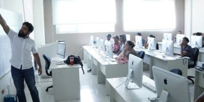 Los alumnos son capacitados con el uso de la tecnología más moderna, lo cual les permite estar familiarizados  con ellas cuando se insertan al mercado laboral.  ELIESER TAPIA