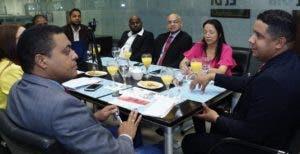 Milton Reyes mientras conversaba con el director de EL DÍA, José P. Monegro, y equipo.