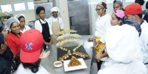 Estudiantes de Turismo, que incluye alimentos y bebidas.