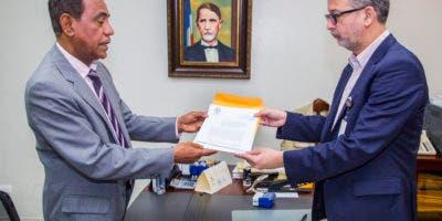 el-delegado-politico-del-prd-dr-jose-miguel-vasquez-entrega-el-documento-al-secretario-general-jce-dr-ramon-hilario-espineira