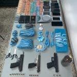Parte de las armas y las porciones de droga decomisadas por la Dican.