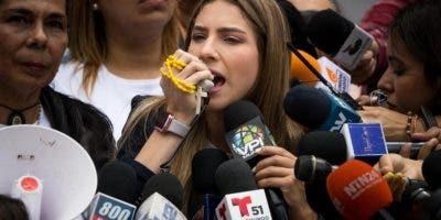 La esposa del jefe del Parlamento venezolano Juan Guaidó, Fabiana Rosales, habla frente a la prensa durante una protesta en las inmediaciones de las oficinas del Programa de las Naciones Unidas para el Desarrollo (PNUD), en el marco de la visita a venezuela de la alta comisionada de Naciones Unidas para los derechos humanos, Michelle Bachelet, este viernes en Caracas (Venezuela). Bachelet se encuentra en una misión oficial de tres días en Venezuela. EFE/ Miguel Gutiérrez
