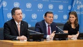 los ministros de Asuntos Exteriores de Chile, Roberto Ampuero (i); de Perú, Néstor Popolizio (c) y la de Canadá, Chrystia Freeland, durante una reunión sobre Venezuela este lunes, en la sede de la ONU en Nueva York (EE.UU.).