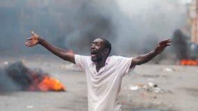 Un hombre pasa frente a una barricada en llamas este lunes, en Puerto Príncipe.