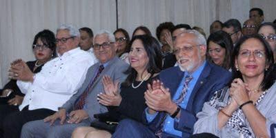 Maritza Hernández, acompañó al señor José Díaz en primera fila y le correspondió entregar el reconocimiento a varias de las empresas galardonadas durante el acto.