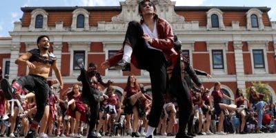 """El elenco del musical """"Forever"""" realizan un """"flashmob"""" en homenaje a Michael Jackson con motivo del décimo aniversario de su muerte, esta mañana en la explanada de la estación Príncipe Pío(Madrid). EFE"""