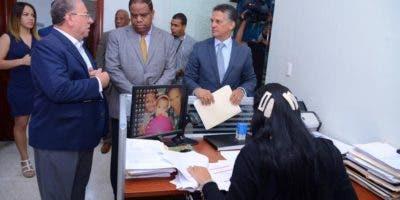 La documentación que contiene dichas reservas se entregó  en la Secretaria General de la JCE  por José Ramón Fadul (Monchy), delegado político  del PLD ante el órgano de comicios y Danilo Díaz.