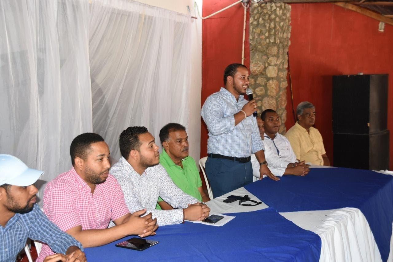 Juan Ernesto Santiago junto a otros miembros   del PRD en Azua.