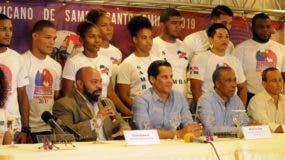 Eliseo Romero, presidente de la Federación de Sambo y Marcos Díaz, viceministro de Deportes, junto miembros de la selección que representará al país en torneo Panamericano de Sambo.