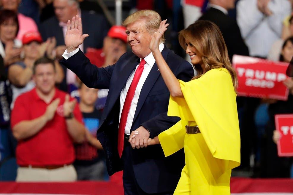 El presidente Donald Trump y la primera dama Melania Trump saluda a simpatizantes a su llegada al mitin de ayer en Orlando, donde el mandatario anunció formalmente que buscará reelegirse en el 2020.