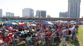 Cientos de seguidores del presidente Trump ya están en el lugar a la espera del inicio de la actividad. (AP Photo/John Raoux)