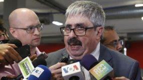 El subsecretario de Relaciones Exteriores de Uruguay, Ariel Bergamino, habla con medios de comunicación este jueves, durante la 49 Asamblea General de la OEA, en Medellín (Colombia). EFE/ Juan Diego López