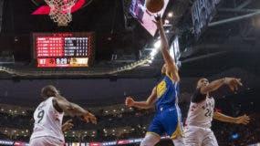 """Stephen Curry anotó 31 puntos, Klay Thompson añadió 26, y Golden State sobrevivió el lunes, con un triunfo por 106-105 sobre los Raptors de Toronto, que prolongó a un quinto partido la Final de la NBA. Curry y Thompson, los """"Splash Brothers"""", salvaron la temporada de Golden State por ahora."""