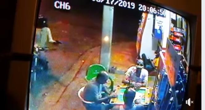 Video: Hombre a bordo de motocicleta hiere tres hombres que jugaban dominó en colmado de Santiago