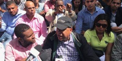 """Bautista Rojas junto a otros """"defensores"""" de la Constitución sentados frente al Congreso."""