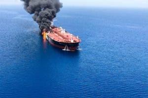 Imagen que muestra el presunto buque petrolero noruego Front Altair en llamas, este jueves en el golfo de Omán (Omán). Dos cargueros, uno de ellos un buque cisterna al servicio de un armador japonés, el Kokuka Sangyo, y el otro, que todo indica a que se trata del noruego Front Altair, fueron atacados hoy cerca del estrecho de Ormuz, informaron hoy fuentes oficiales japonesas en Tokio. EFE/ Stringer