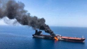 Imagen que muestra el presunto buque petrolero noruego Front Altair en llamas, este jueves en el golfo de Omán (Omán).  EFE/ Stringer