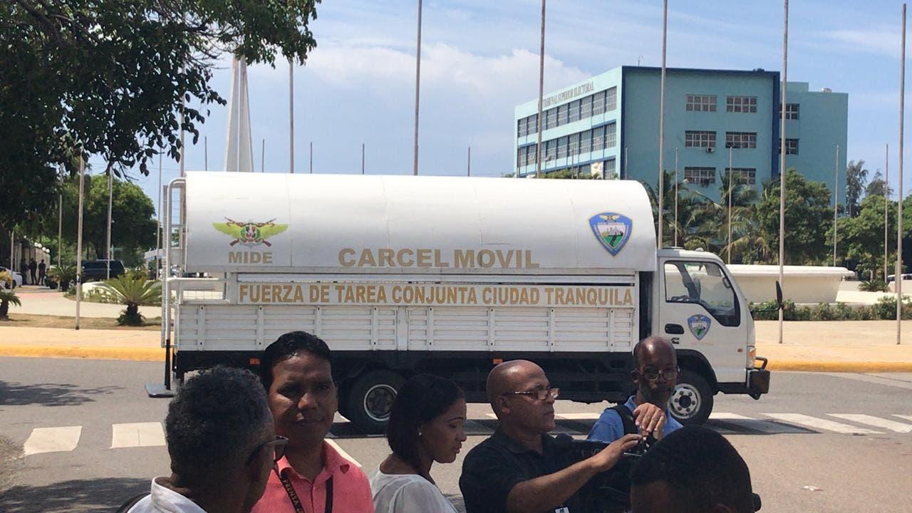 Policía instala tres cárceles móviles frente al Congreso
