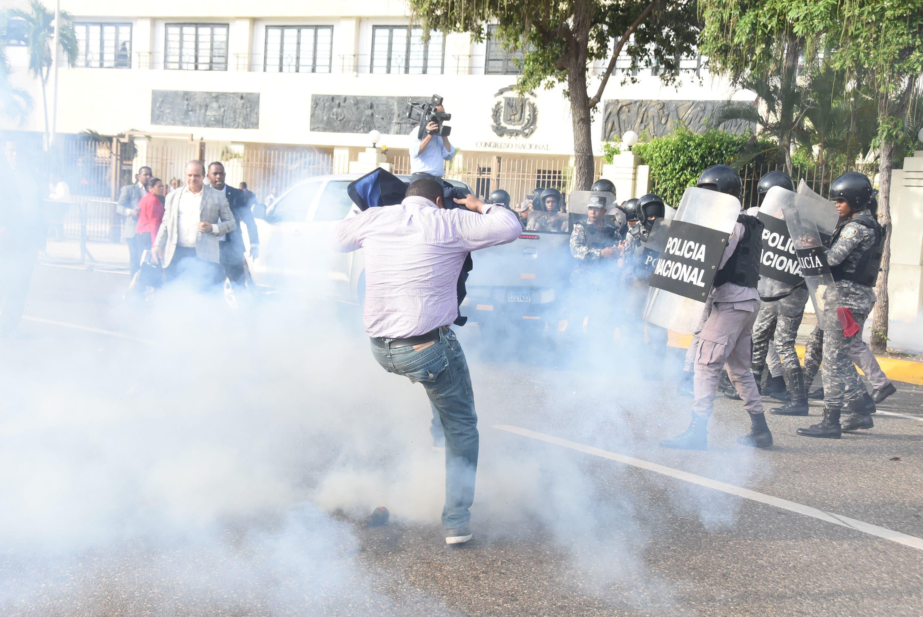 Este lunes la policía arremetió contra manifestantes -incluidos varios diputados leonelistas- que protestaban contra las pretensiones de los danilistas de modificar la Constitución. Foto: Alberto Calvo/El Día.