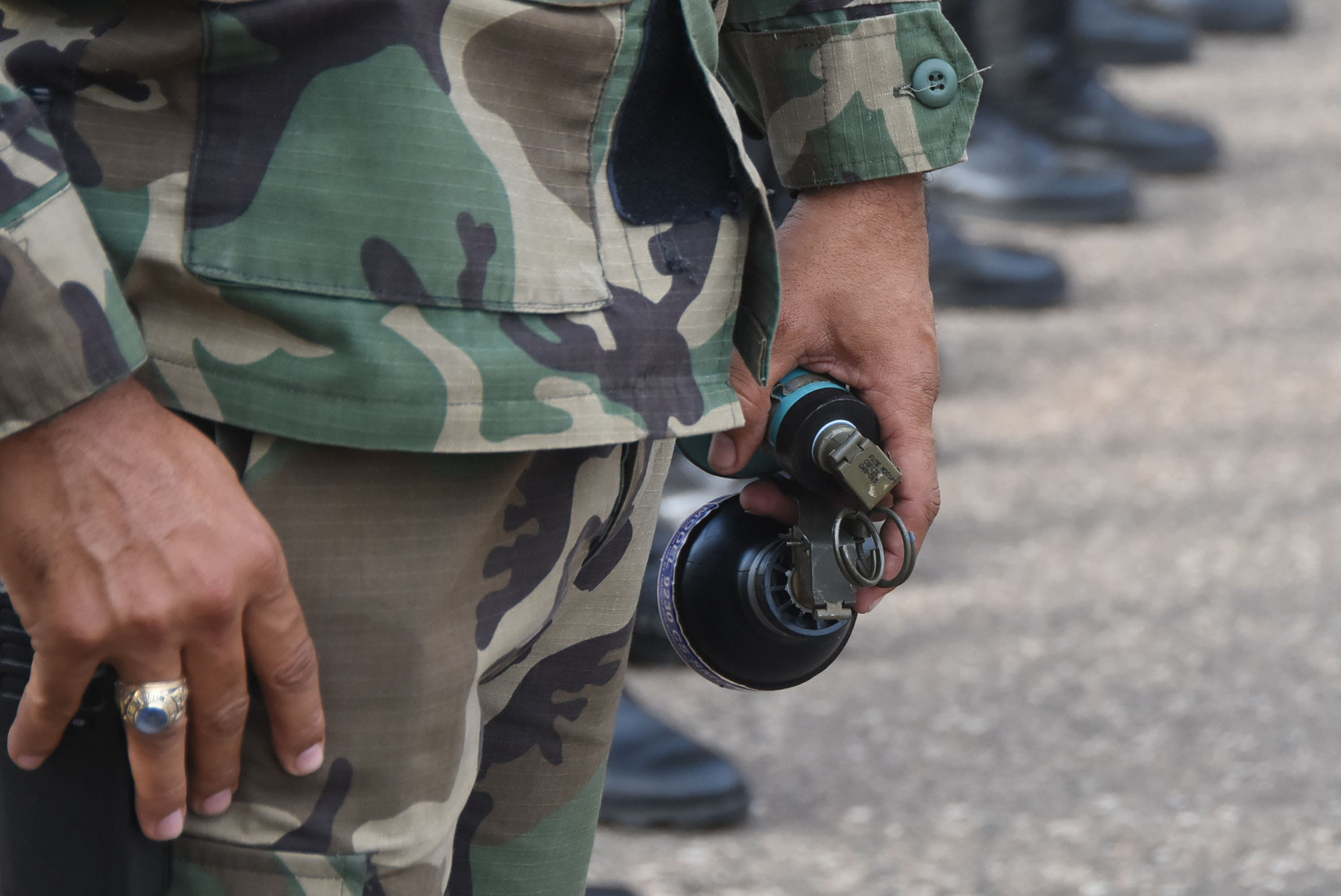17. Agentes con bombas lacrimógenas