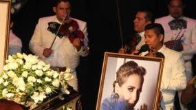 Un grupo de mariachis toca durante un homenaje de cuerpo presente a la actriz Edith González, este viernes, en el teatro Jorge Negrete de Ciudad de México (México). Familiares, amigos, compañeros y admiradores despidieron este viernes con muestras de cariño a la actriz Edith González, quien falleció el día anterior víctima de un cáncer, en el teatro Jorge Negrete de Ciudad de México. EFE