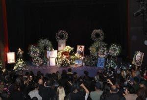 Vista general del homenaje de cuerpo presente a la actriz Edith González, este viernes, en el teatro Jorge Negrete de Ciudad de México (México). Familiares, amigos, compañeros y admiradores despidieron este viernes con muestras de cariño a la actriz Edith González, quien falleció el día anterior víctima de un cáncer, en el teatro Jorge Negrete de Ciudad de México. EFE