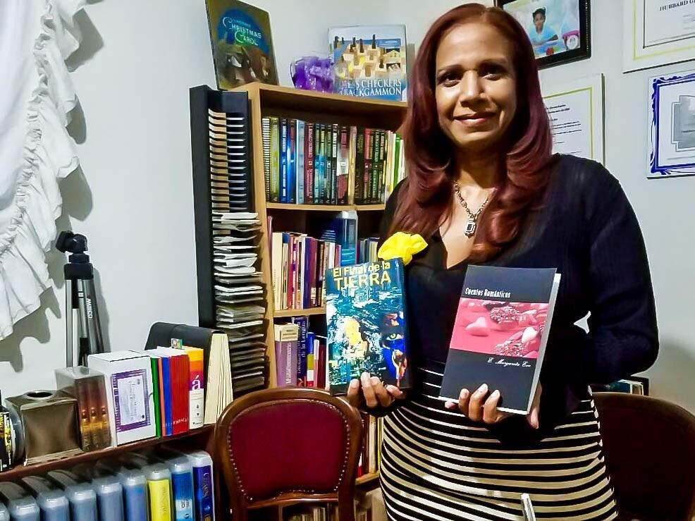 Elsa Margarita Eve muestra dos de sus obras publicadas.