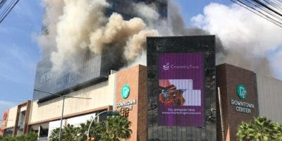 Un conato de incendio en un restaurante del Centro Comercial Downtown Center, provocó una gran humareda.