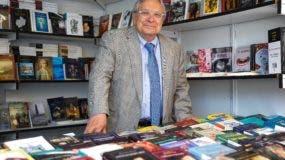 """El director de la Feria del Libro de Madrid, Manuel Gil, en una de las casetas situadas en el Retiro, donde ha hecho balance de la edición de este año que se despide con unos resultados """"espectaculares"""" ya que las ventas han subido un 14 % respecto a la anterior, y el total de ejemplares vendidos ronda los 550.000, cantidad que supone una recaudación de 10 millones de euros. EFE/Emilio Naranjo"""