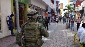 Operativos conjuntos de militares, marinos y Policía Federal patrullan este viernes la ciudad de Tapachula (México), fronteriza con Guatemala. El Gobierno mexicano informó este viernes que la Guardia Nacional iniciará operaciones en el sur del país a partir del martes 18 de junio a fin de frenar el flujo migratorio hacia Estados Unidos. La Guardia Nacional -un nuevo cuerpo de seguridad impulsado por el Ejecutivo que se conforma de policías federales, militares y marinos- entrará oficialmente en funciones el 30 de junio. EFE