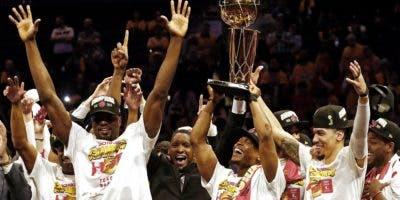 El escolta de los Raptors de Toronto, Kyle Lowry (c-d) sostiene el trofeo del Campeonato de la NBA Larry O'Brien luego de vencer a los Golden State Warriors al final del sexto partido de las Finales de la NBA entre Toronto Raptors y Golden State Warriors este jueves, en el Oracle Arena, en Oakland (EE.UU.). EFE